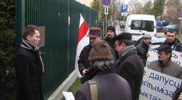 Protest Białorusinów przed ambasadą Łotwy