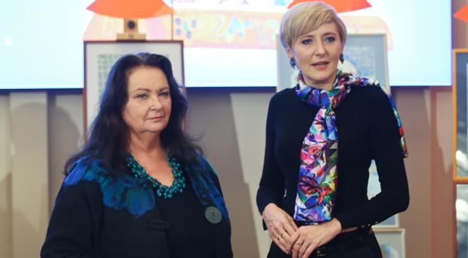 Agata Kornhauser-Duda przekazała na aukcję specjalny medalion, który będzie można wylicytować. Anna Dymna również przekazała wyklejoną samodzielnie pracę plastyczną, fot. PAP/Rafał Guz