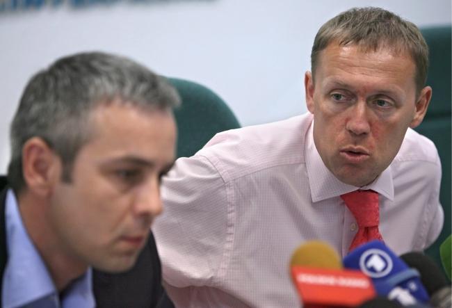 Andriej Ługowoj (P) i Dmitrij Kowtun (L) podczas konferencji w 2007 roku;  PAP/EPA/SERGEI CHIRIKOV
