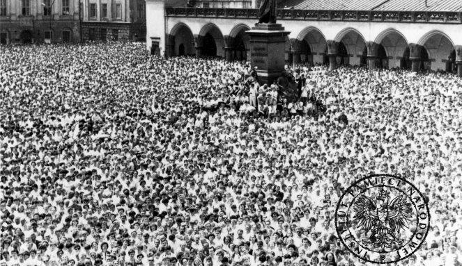 """Tuż po zamachu studenci zorganizowali """"Biały marsz"""" w Krakowie/fot: IPN"""