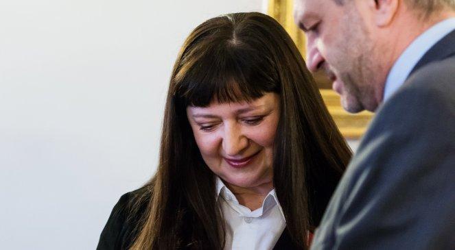Basia Trzetrzelewska Odbiera Z Rak Ambasadora Rp W Londynie Order Polonia Restituta