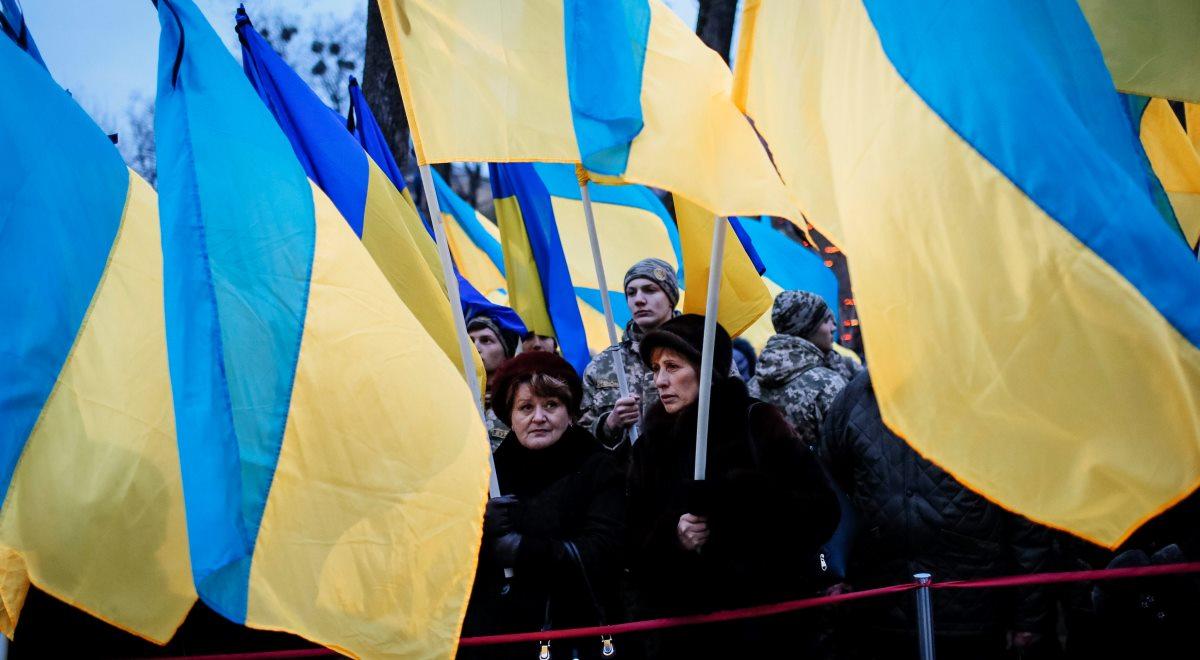 Ukraińskie flagi podczas upamiętnienia rocznicy Wielkiego Głodu