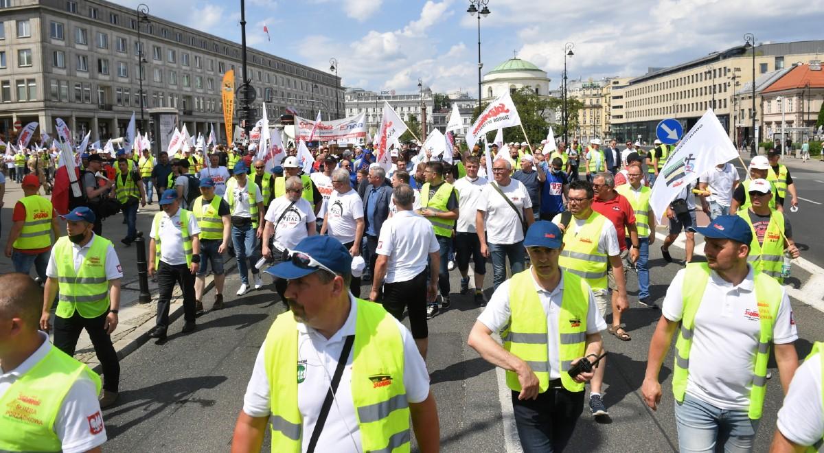 Pod KPRM zakończyła się manifestacja. Związkowcy protestowali przeciwko  decyzji TSUE ws. Turowa - Wiadomości - polskieradio24.pl