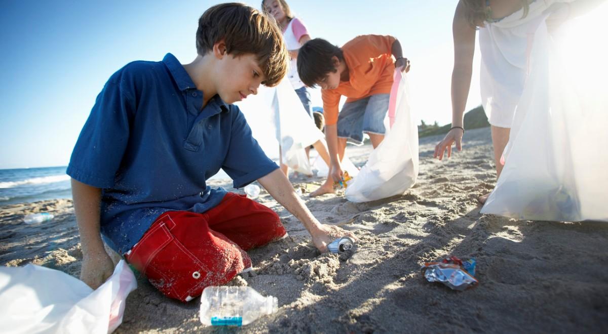 dzieci plaża śmieci sprzątanie 1200.jpg