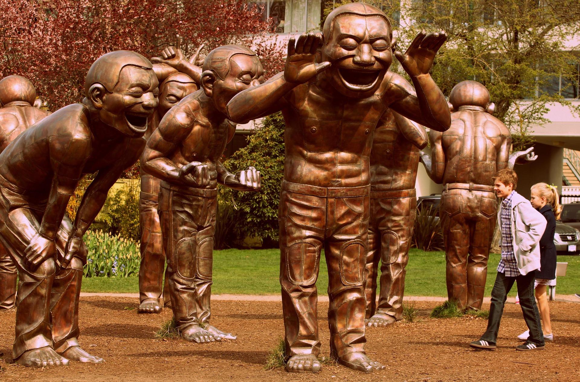 Pękające ze śmiechu figurki autorstwa chińskiego artysty Yue Minjuna zarażają śmiechem w parku Vancouver w Kanadzie. Foto. pixabay.com/domena publiczna