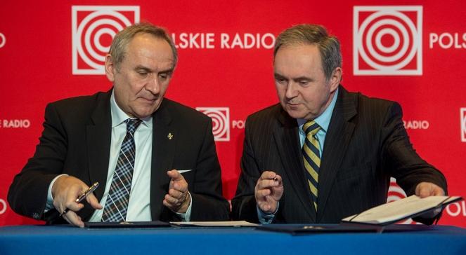 Andrzej Siezieniewski (z prawej) i Andrzej Kraśnicki podpisują umowę o współpracy Polskiego Radia z PKOl