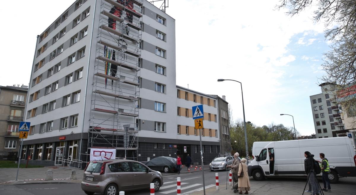 W warszawie powsta mural na cze davida bowiego for Mural warszawa 44