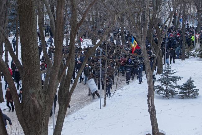 Protest przed parlamentem; PAP/EPA/DUMITRU DORU