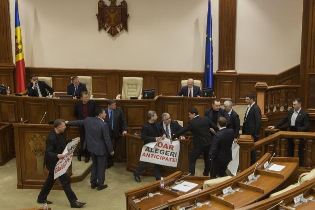 Sceny w mołdawskim parlamencie; PAP/EPA/DUMITRU DORU