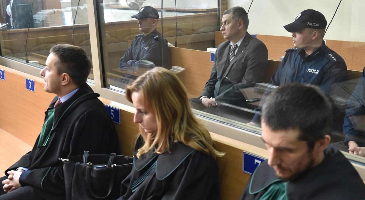 Oskarżony Brunon Kwiecień (w środku w drugim rzędzie) podczas ogłaszania wyroku przed Sądem Okręgowym w Krakowie