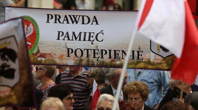Marsz pamięci przeszedł ulicami Warszawy, 11 bm. w 70 rocznicę zbrodni wołyńskiej. Wcześniej jego uczestnicy wzięli udział w odprawionej w kościele św. Aleksandra na pl. Trzech Krzyży mszy św. Zarówno msza, jak i marsz są częścią obchodów rocznicowych zorganizowanych przez organizacje kresowe.