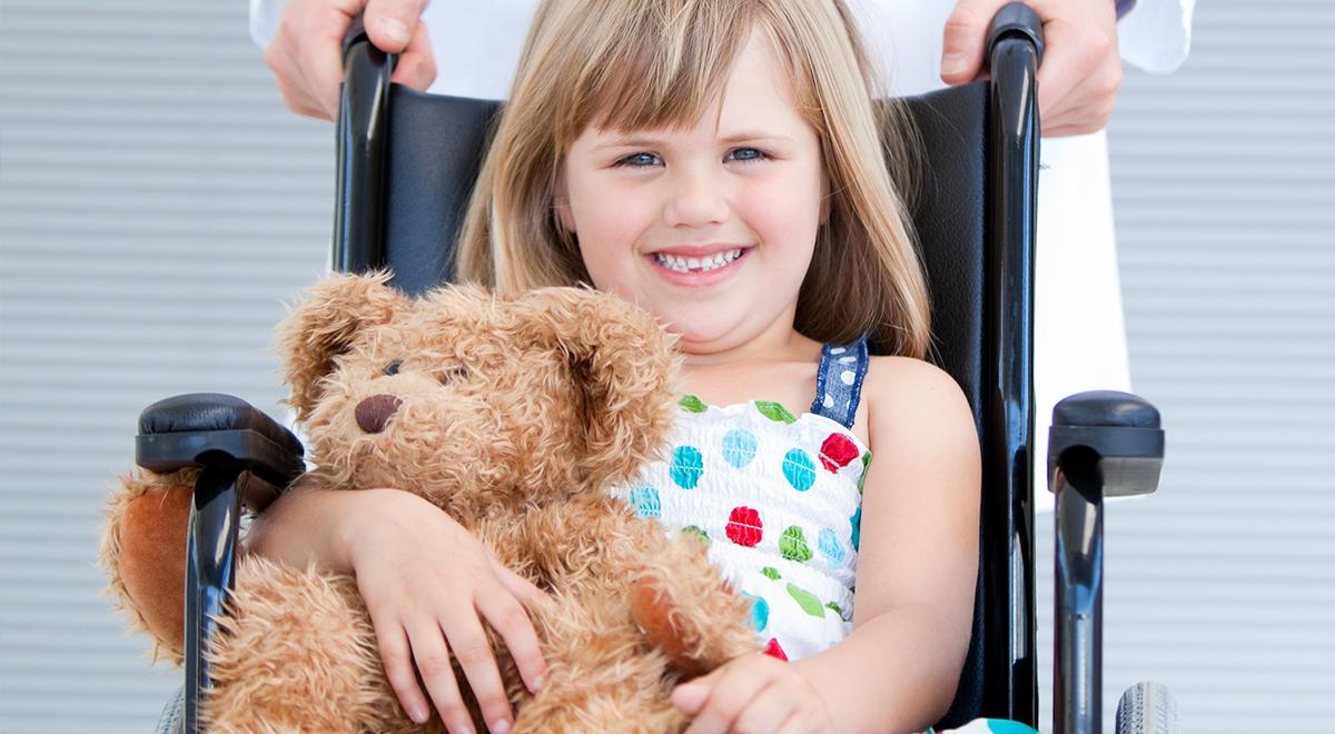 dziecko miś wózek inwalidzki szpital 1200.jpg