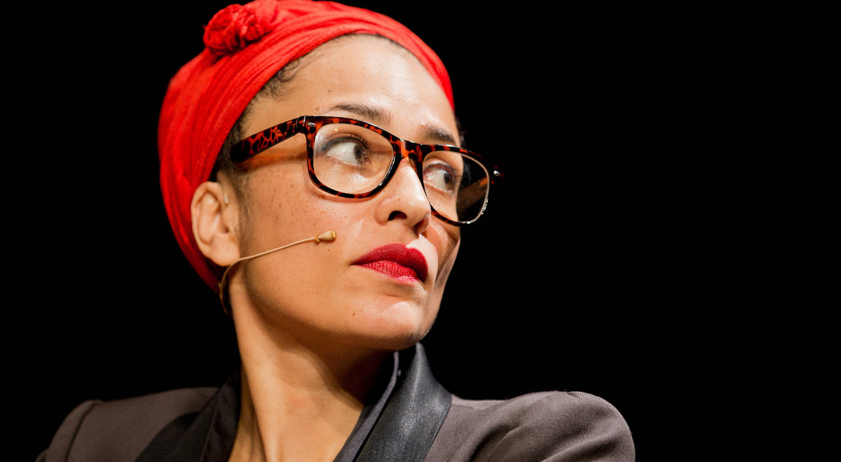 Zadie Smith jest jedną z najbardziej utytułowanych pisarek współczesnych. Zdobyła m. in. Whitbread First Novel Award, Orange Prize, Somerset Maugham Award), była także nominowana m.in. do prestiżowej Man-Booker Prize