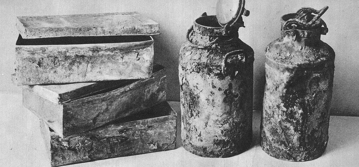 Metalowe skrzynki i bańki po mleku, w których znaleziono po wojnie archiwum Ringelbluma