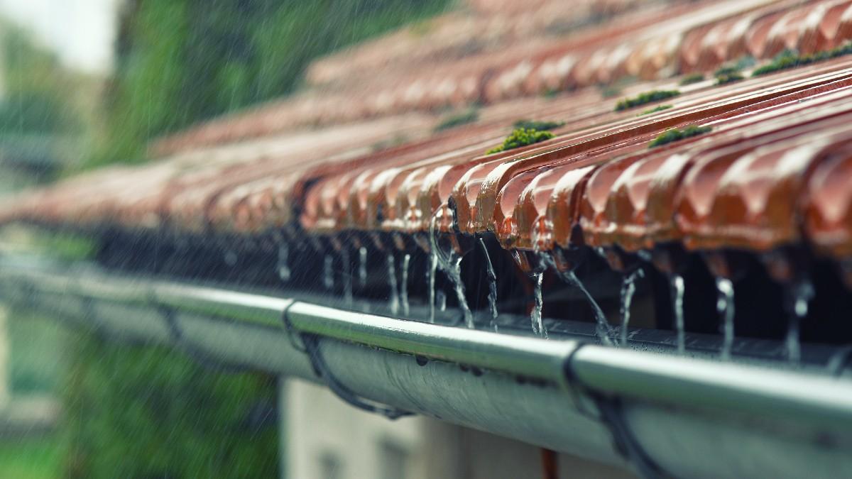 deszcz dach woda shutterstock_720797776 1200.jpg