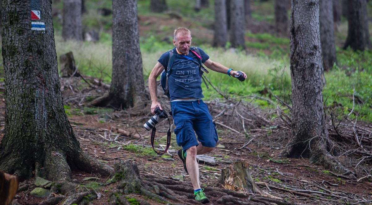 Rafał Bielawa_z aparatem na trasie biegu 1200.jpg