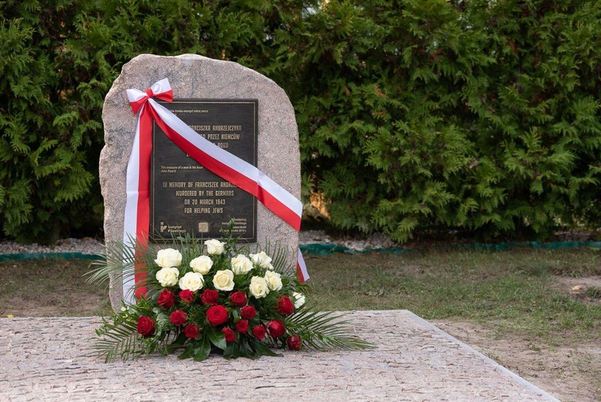Камень с мемориальной таблицей  в память о Франтишеке Анджейчике.