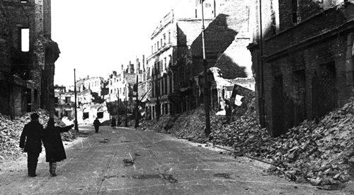 Zrujnowana ulica w Warszawie w 1945 roku