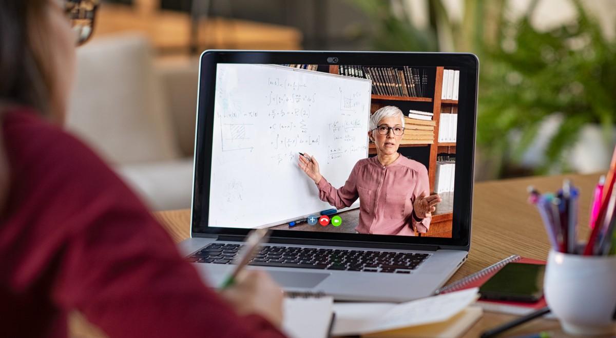 Nauka zdalna free edukacja szkoła w domu komputer nauczyciel shutt-1200.jpg