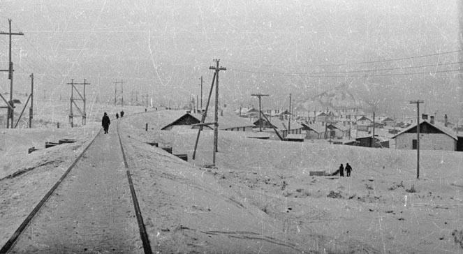 Dymiące kominy elektrowni (TEC-1). Obóz w Workucie, 1955-1957