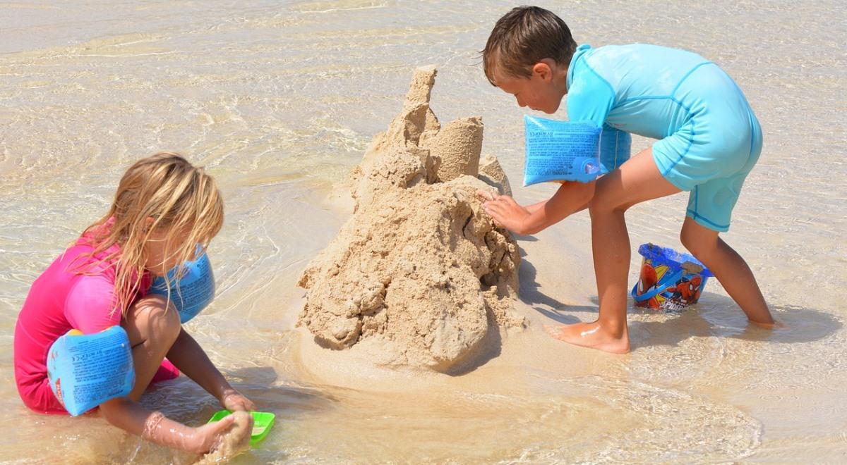 dzieci plaża piasek pixabay 1200x660.jpg