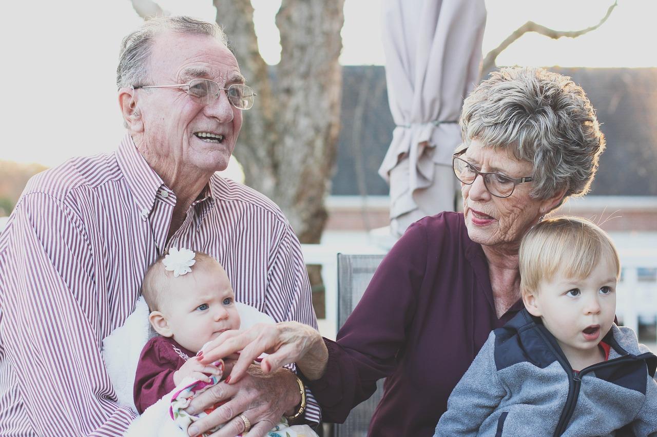 Dzień Babci i Dzień Dziadka to rodzinne święta, będące wyrazem wdzięczności wnuków za obecność dziadków.