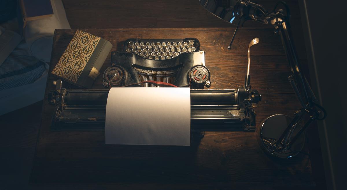 pisarz książka maszyna do pisania shutterstock 1200.jpg