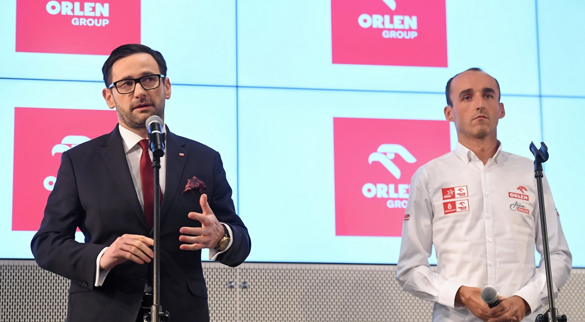 Daniel Obajtek, CEO of Polish fuel giant PKN Orlen,  and driver Robert Kubica during a news conference in Warsaw on Thursday. Photo: PAP/Piotr Nowak