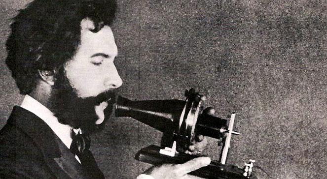 Graham Bell rozmawia przez telefon, foto: wikipediadomena publiczna