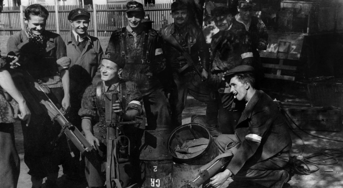 Warsaw_Uprising_-_Baon_Czata_with_PIAT_guns.jpg