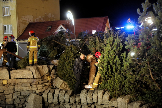 Several hurt, one seriously after winds topple outdoor Christmas tree in Zakopane