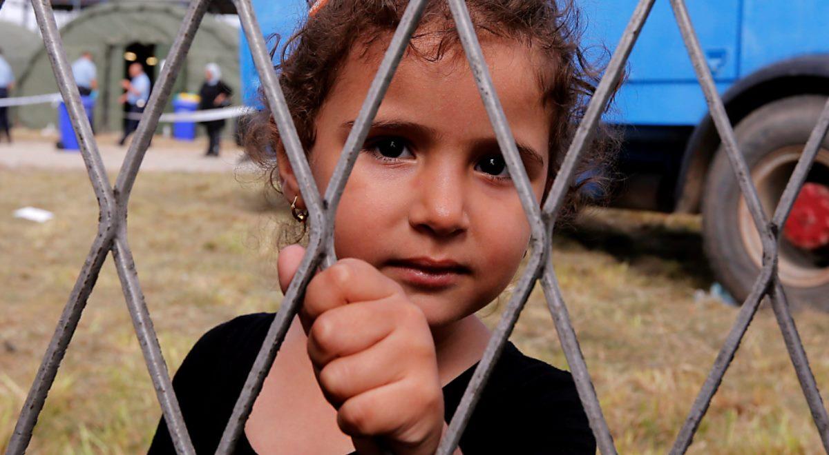 Dziewczynka w obozie tymczasowym dla uchodźców, w Opatovac, w Chorwacji