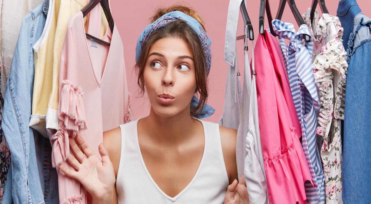 shutterstock WAYHOME studio dziewczyna szafa ubrania moda 1200.jpg