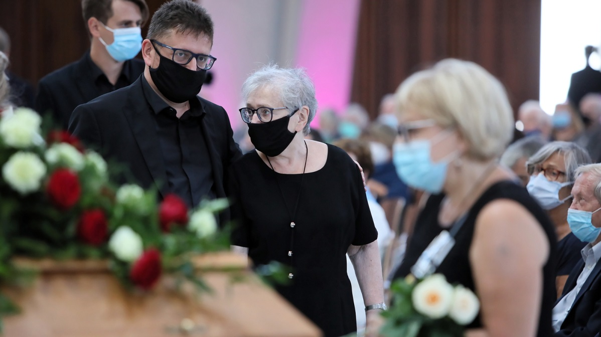 Henryk Wujecs wife Ludwika (centre) at her husbands funeral ceremony at the Temple of Divine Providence in Warsaw on Monday.