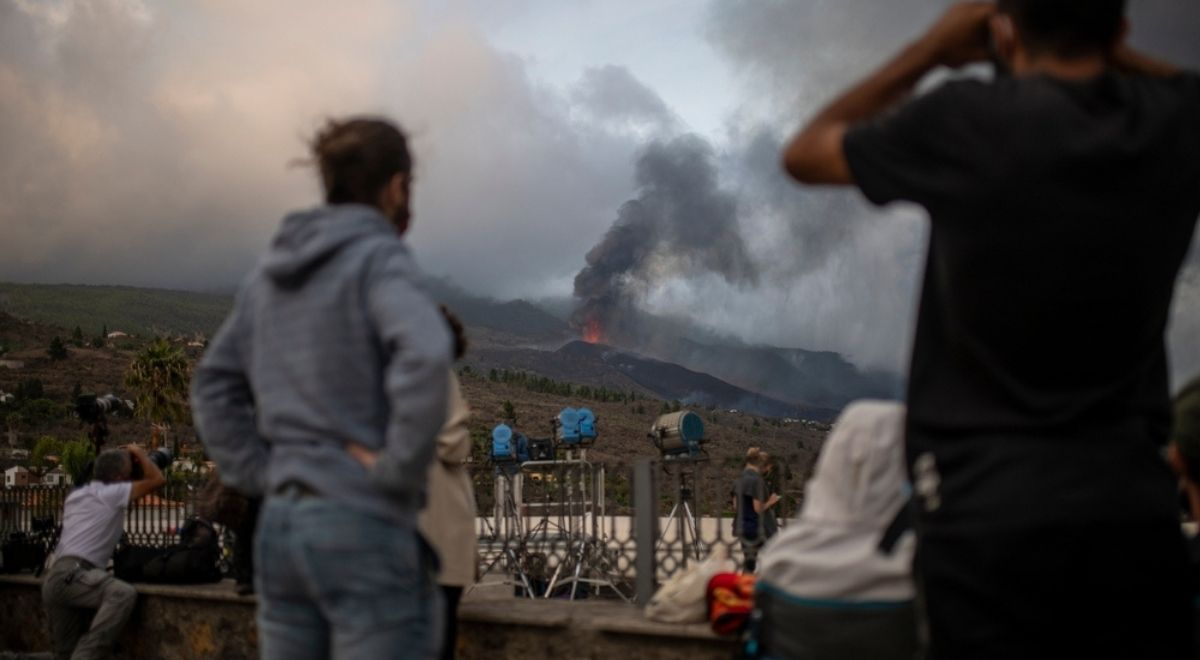 1200 hiszpania wybuch wulkan la palma ludzie shutterstock free.jpg