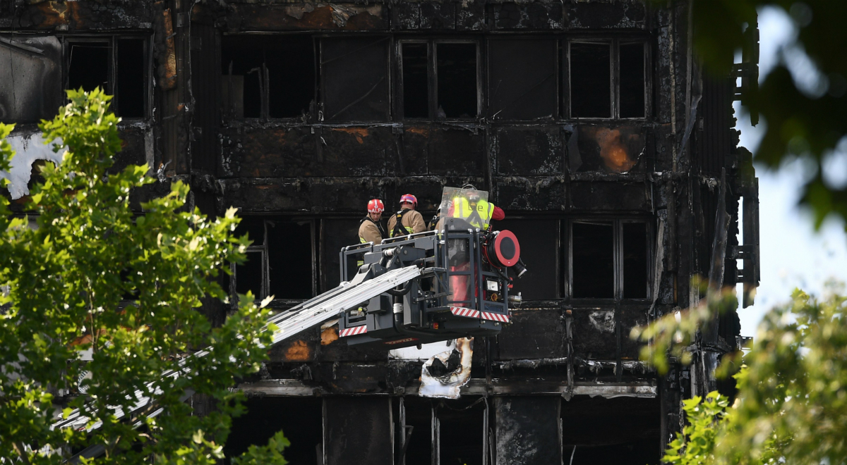 Strażacy na tle spalonego Grenfell Tower
