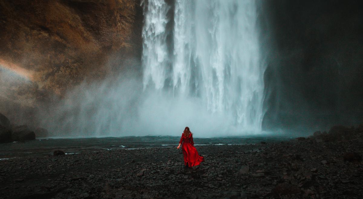 kobieta wodospad islandia 1200.jpg