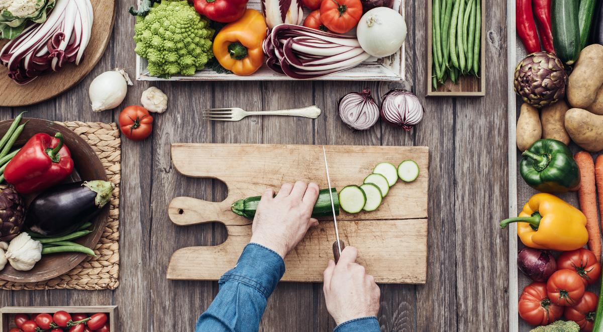 shutterstock_474670045 ogórek kuchnia warzywa krojenie 1200.jpg