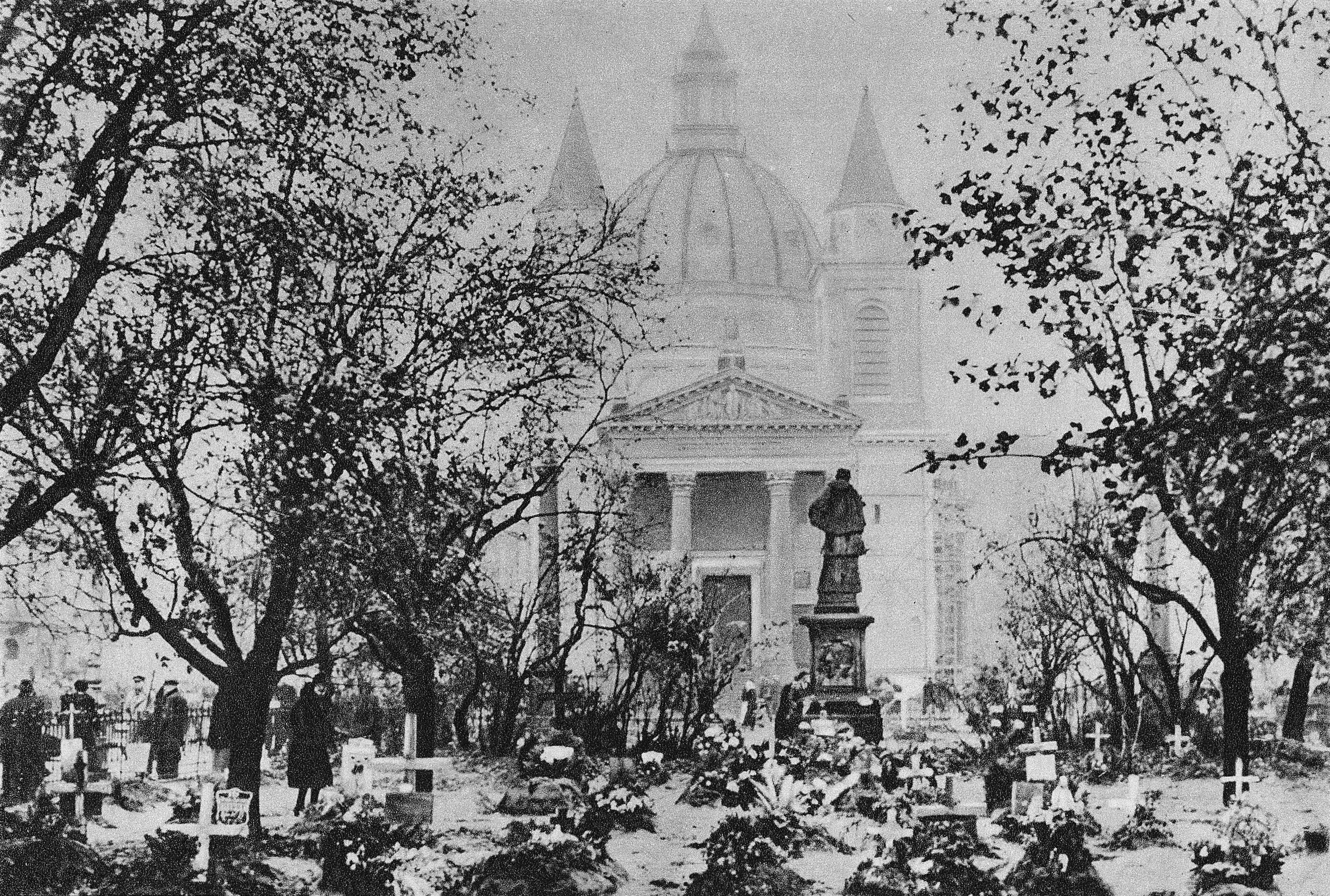 Groby na placu Trzech Krzyży ofiar poległych w nalotach we wrześniu 1939 roku w Warszawie. Wikimedia Commons/Domena Publiczna