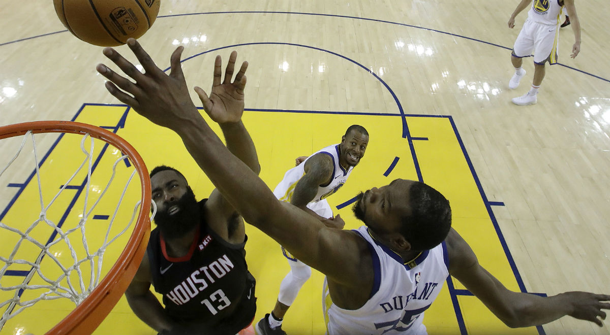 Kevin Durant (z prawej) z Golden State Warriors i James Harden (z lewej) z Houston Rockets w trakcie meczu ligi NBA