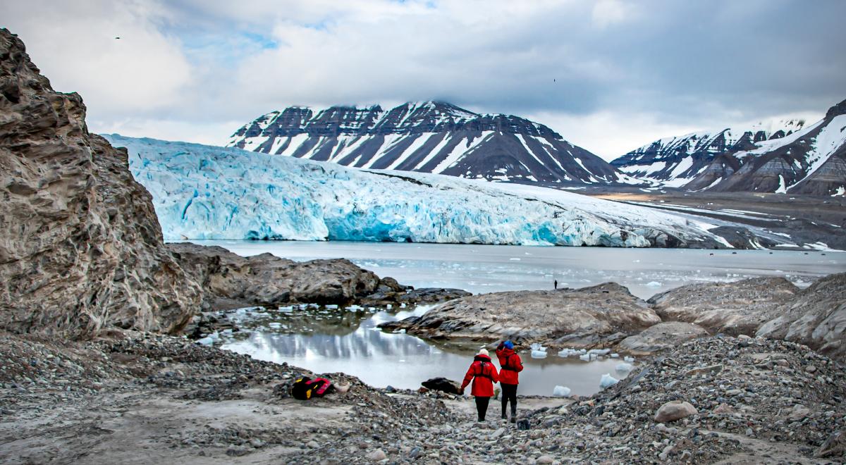 Spisbergen turyści góry Norwegia 1200.jpg
