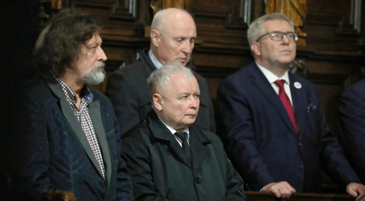 Jarosław Kaczyński, Ryszard Czarnecki (P), Wojciech Jasiński (C góra) oraz kuzyn Jarosława Kaczyńskiego Jan Maria Tomaszewski (L)
