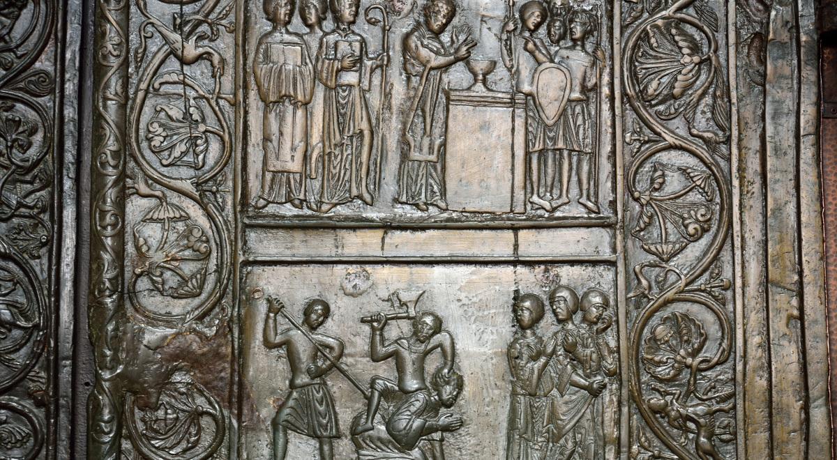 Fragment Drzwi Gnieźnieńskich, które zdobi 18 scen z życia św. Wojciecha od narodzin do męczeńskiej śmierci. Skrzydło prawe zawiera obrazy z działalności misyjnej świętego w Polsce i w Prusach (w układzie od góry do dołu)