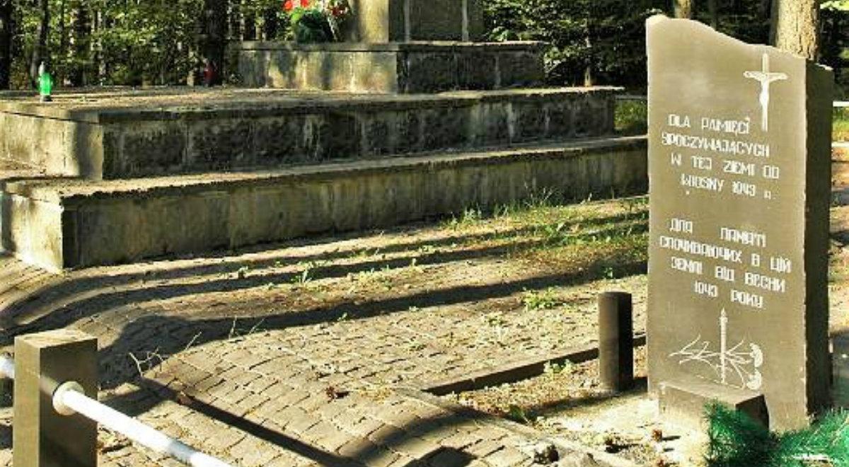 Tablica na pomniku upamiętniającym Polaków zamordowanych przez OUN-UPA w Janowej Dolinie (obecnie Bazaltowe).