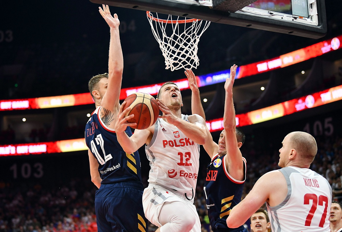 Polands Adam Waczyński (centre) in action against Russia during the 2019 FIBA Basketball World Cup second-round Group I match in Foshan, China, on Friday.