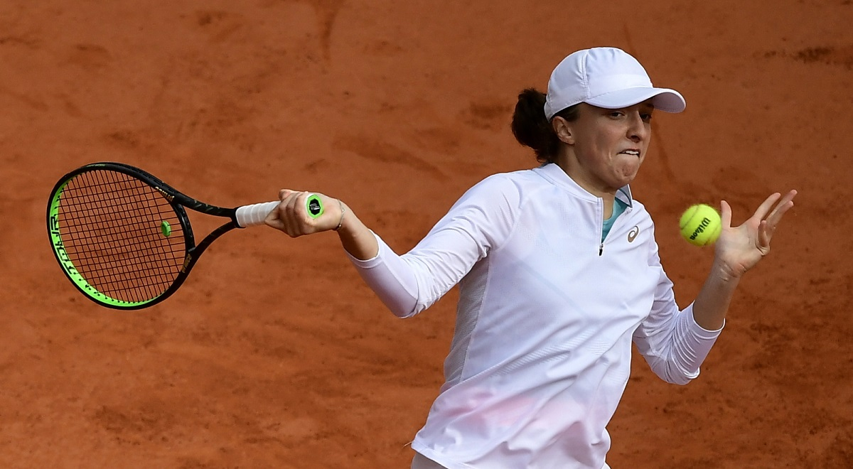 Poland's Iga Świątek in action against Nadia Podoroska of Argentina during their women's semifinal match at the French Open tennis tournament in Paris on Thursday, Oct. 8, 2020. Photo: EPA/JULIEN DE ROSA