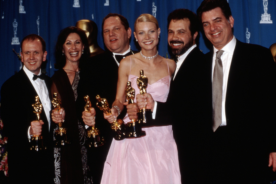 "Zdobywcy Oscara za film ""Zakochany Szekspir"" w 1999 roku. David Parfitt, Donna Gigliotti, Harvey Weinstein, Gwyneth Paltrow, Edward Zeick i Marc Norman, Marzec 1999. Fot. Robert Hepler/Everett Collection"