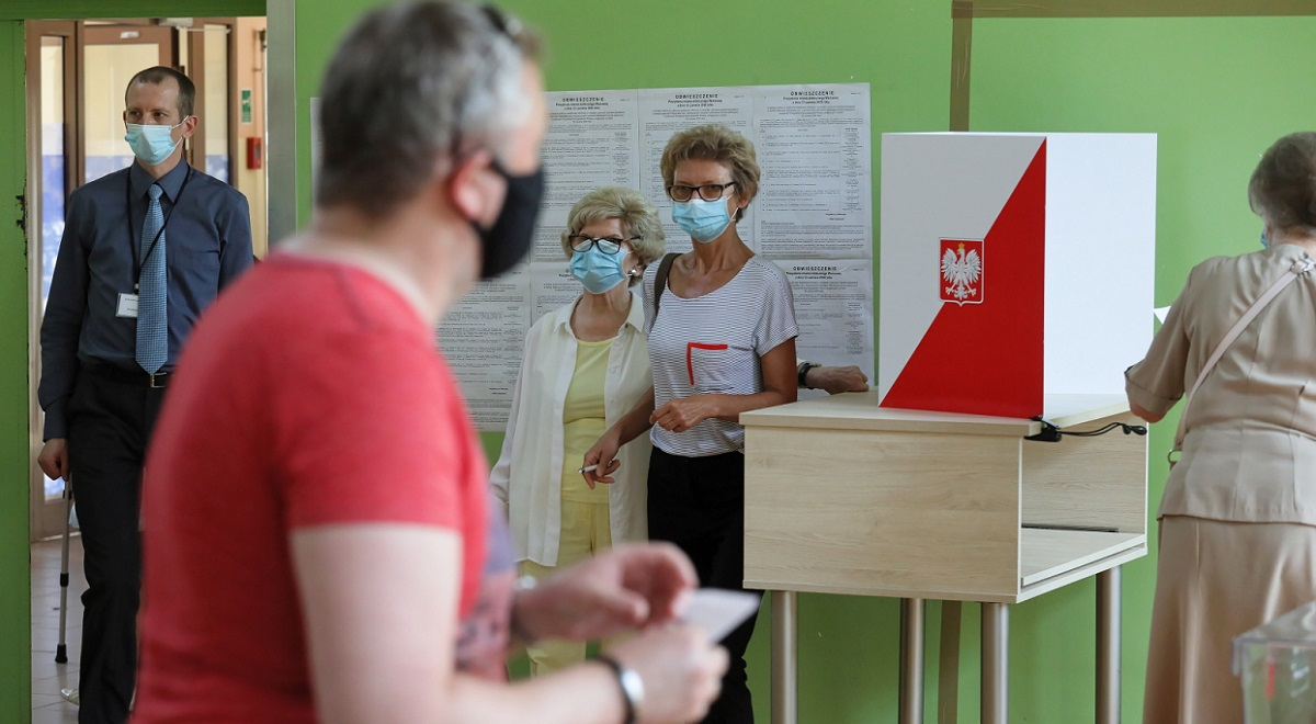 Voters line up to cast ballots in a polling station in Warsaw with coronavirus safety measures in place. Photo: PAP/Paweł Supernak