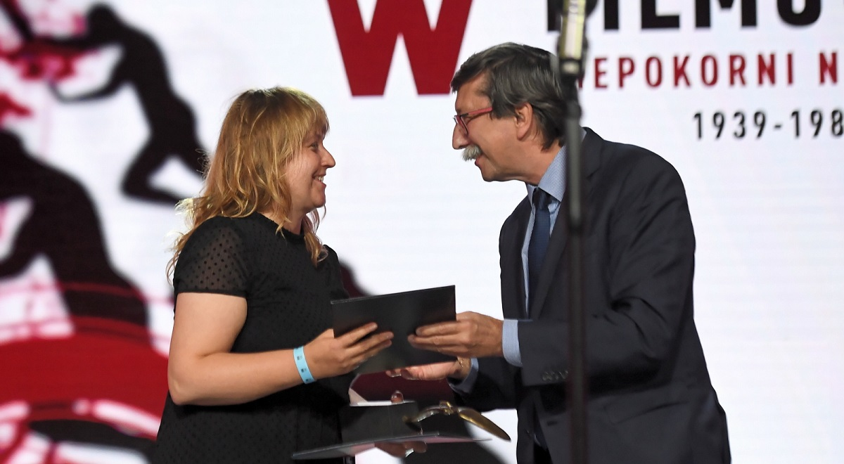 "Filmmaker and Polish Radio journalist Magdalena Piejko collects the ""Golden Resistor"" award at the close of the 12th ""Defiant, Unvanquished, Enduring"" Film Festival on Sunday, Sept. 27, 2020. Photo: PAP/Marcin Gadomski"