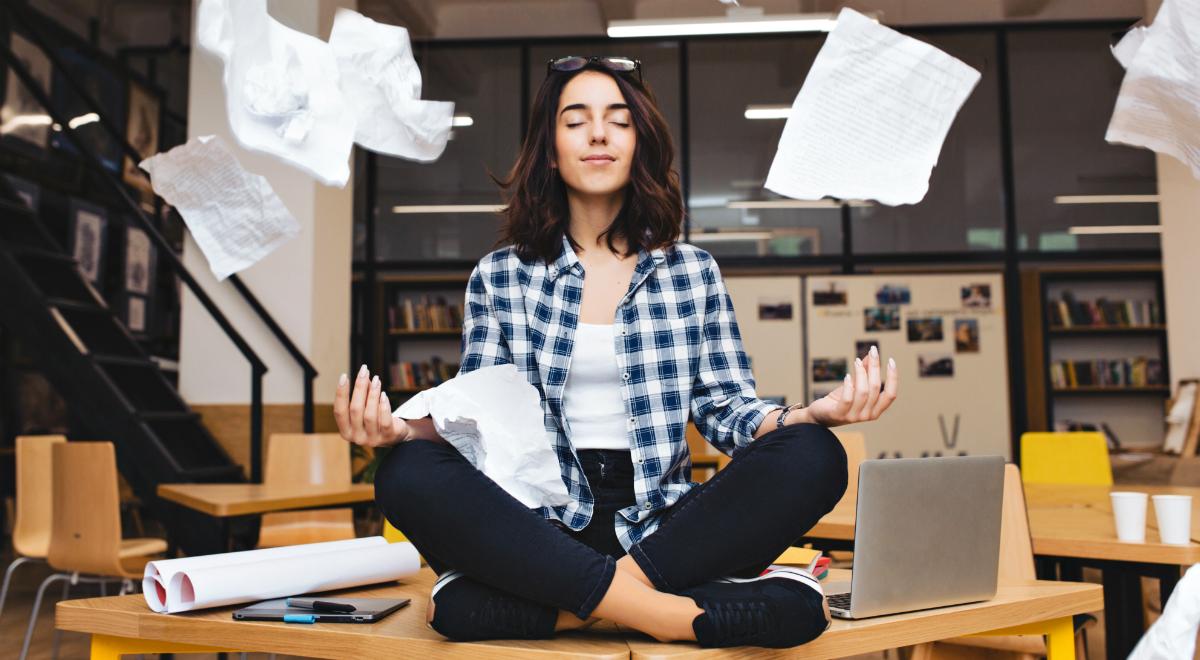 shutterstock praca balans dokumenty kobieta spokój 1200.jpg